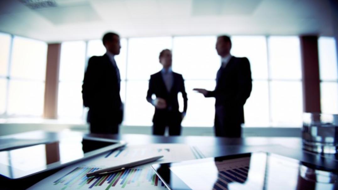 três homens em reunião de trabalho no escritório