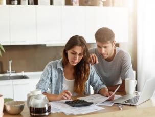casal gestão financeira computador